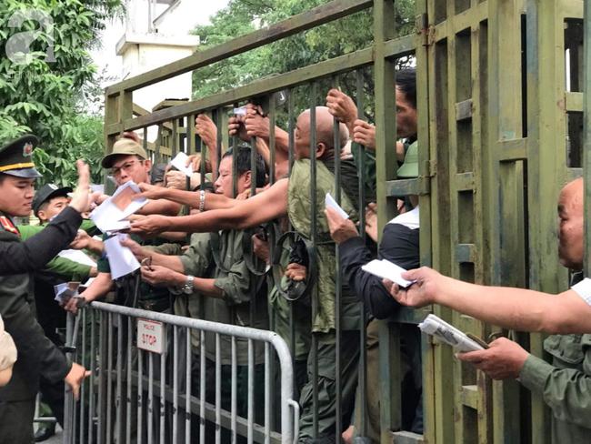 Khán giả thương binh xếp hàng dài ngoài cổng đợi đăng kí mua vé trận Việt Nam- Thái Lan - Ảnh 10.