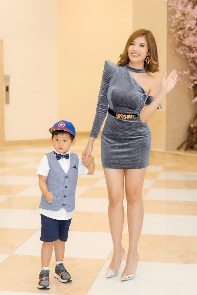 Hoa hậu Phan Hoàng Thu diện váy siêu ngắn thu hút sự chú ý nhưng cậu con trai 3 tuổi mới là nhân vật được quan tâm - Ảnh 3.