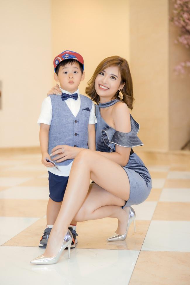 Hoa hậu Phan Hoàng Thu diện váy siêu ngắn thu hút sự chú ý nhưng cậu con trai 3 tuổi mới là nhân vật được quan tâm - Ảnh 4.