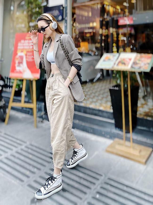 Street style sao Việt: Phạm Quỳnh Anh ăn vận như teen girl, HH Thu Thảo lại diện váy thùng thình cứ như bầu bí lần 2 rồi - Ảnh 12.