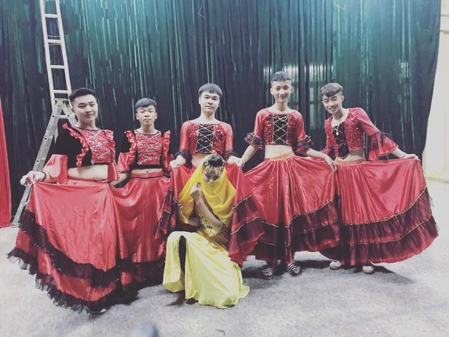 """Lớp ít con gái, 7 cậu học sinh """"liều mình"""" lên múa Ấn Độ nhân ngày 20-11: Tưởng không ra gì mà lắc mông điệu nghệ không tưởng! - Ảnh 4."""