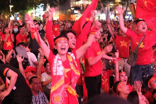 Việt Nam - Thái Lan 0 - 0, sân Mỹ Đình nổ tung sau pha cứu thua  xuất thần của Văn Lâm, trọng tài từ chối bàn thắng của Bùi Tiến Dũng  - Ảnh 1.