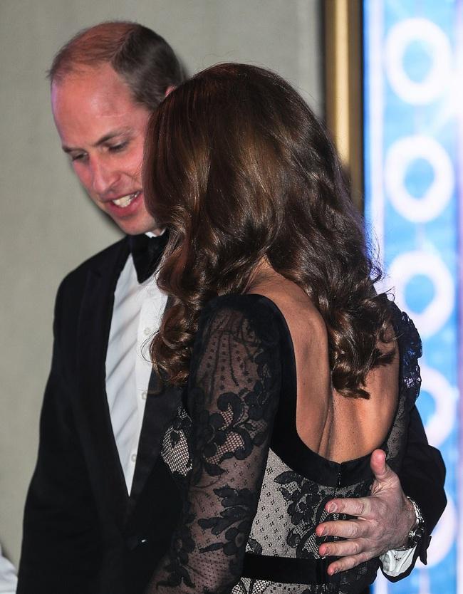 Mặc váy ren khoe tấm lưng trần đầy táo bạo, Công nương Kate khiến chồng chủ động yêu chiều và làm cộng đồng mạng điêu đứng - Ảnh 4.