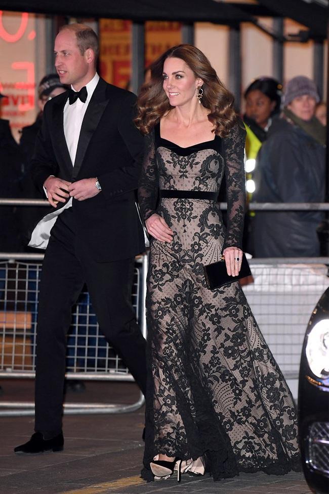Xúng xính váy ren hở trước hở sau, Công nương Kate siêu gợi cảm nhưng vẫn chạm tới đỉnh cao của sự tinh tế - Ảnh 2.