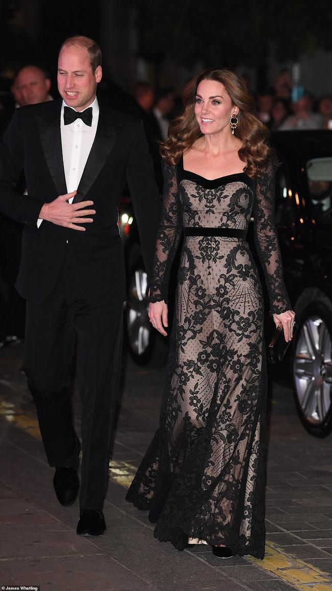Mặc váy ren khoe tấm lưng trần đầy táo bạo, Công nương Kate khiến chồng chủ động yêu chiều và làm cộng đồng mạng điêu đứng - Ảnh 3.