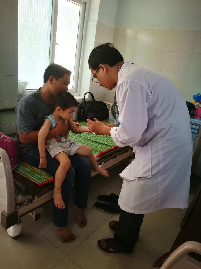 Quãng Ngãi: Trẻ nhập viện do bệnh tay chân miệng có dấu hiệu gia tăng - Ảnh 1.