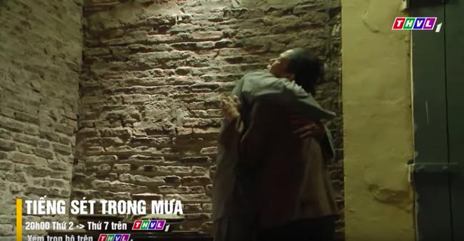 """""""Tiếng sét trong mưa"""" tập cuối: Khải Duy ôm Thị Bình trong tù, khóc nức nở cầu xin cai ngục trước lúc tử hình - Ảnh 3."""
