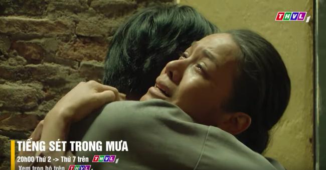 """""""Tiếng sét trong mưa"""" tập cuối: Khải Duy ôm Thị Bình trong tù, khóc nức nở cầu xin cai ngục trước lúc tử hình - Ảnh 4."""