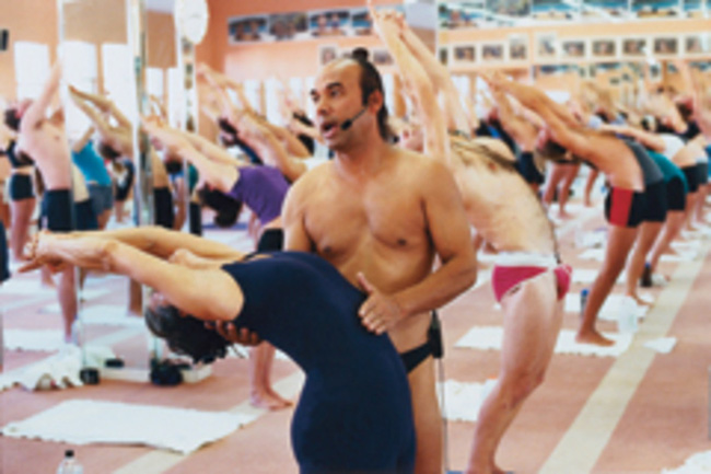Đời tư bê bối của bậc thầy yoga nóng được sùng bái khắp nơi trên thế giới và những lần quấy rối tình dục công khai bất chấp - Ảnh 3.
