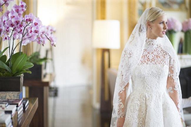 Sự cố váy cưới của Đông Nhi chưa là gì với pha diện váy tiền tỉ mà kẹt cả vào bánh xe ô tô, hay có người còn cháy váy cưới: Cô dâu cần hết sức cẩn thận  - Ảnh 6.