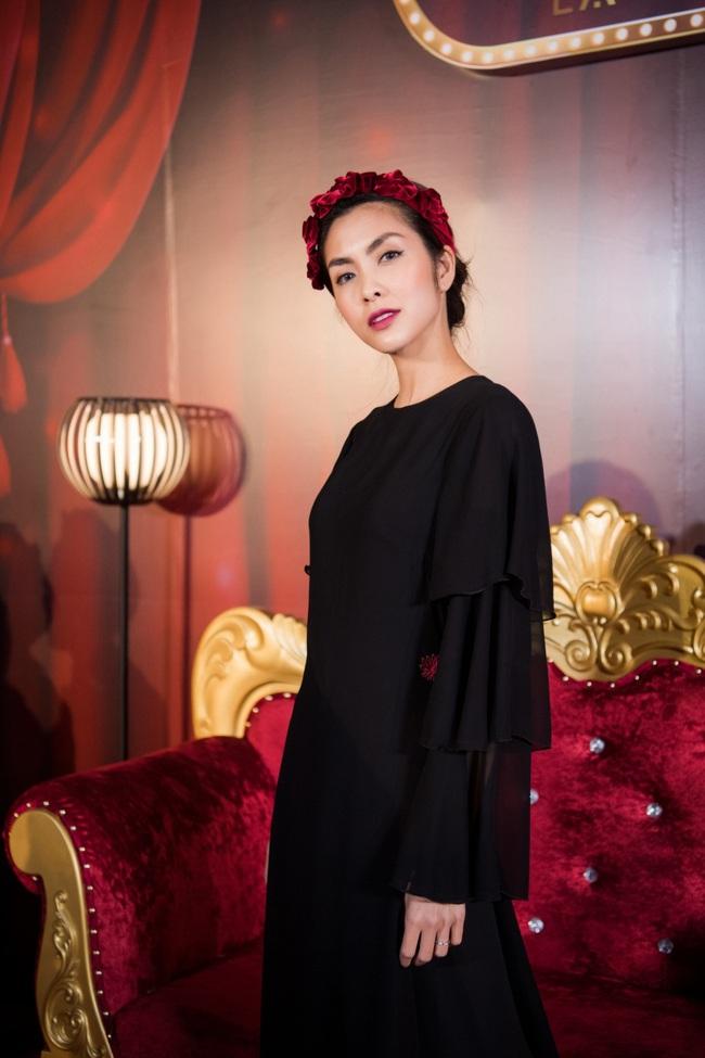 """Làm điệu với bờm nhung đỏ: Seulgi lộng lẫy như công chúa Hoàng gia, Hà Tăng biến hóa cực """"nuột"""" từ trẻ xinh đến bí ẩn - Ảnh 6."""