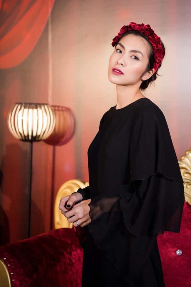 """Làm điệu với bờm nhung đỏ: Seulgi lộng lẫy như công chúa Hoàng gia, Hà Tăng biến hóa cực """"nuột"""" từ trẻ xinh đến bí ẩn - Ảnh 5."""