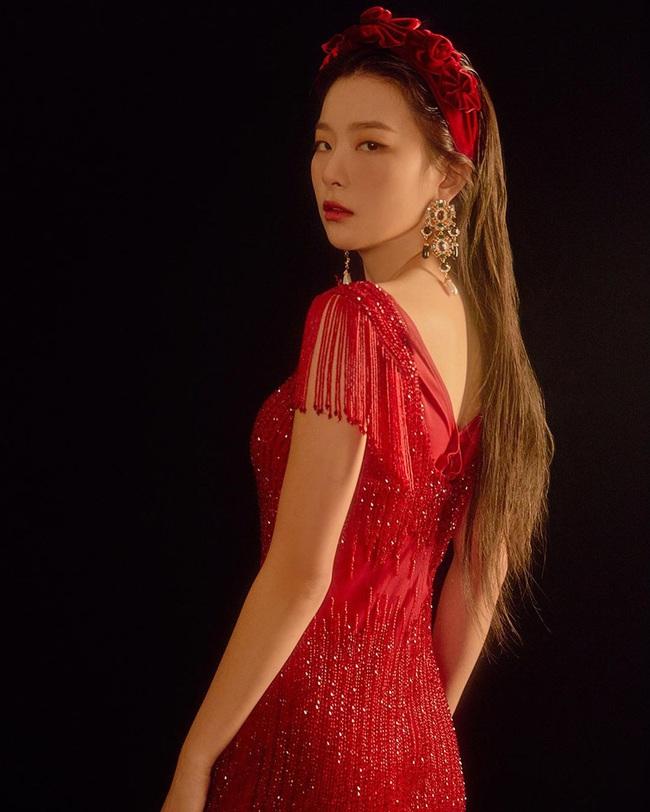 """Làm điệu với bờm nhung đỏ: Seulgi lộng lẫy như công chúa Hoàng gia, Hà Tăng biến hóa cực """"nuột"""" từ trẻ xinh đến bí ẩn - Ảnh 1."""