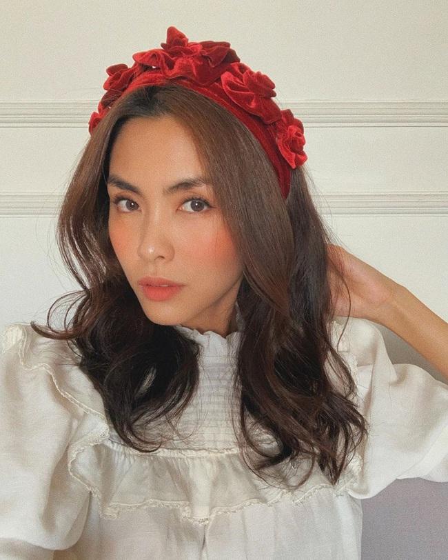 """Làm điệu với bờm nhung đỏ: Seulgi lộng lẫy như công chúa Hoàng gia, Hà Tăng biến hóa cực """"nuột"""" từ trẻ xinh đến bí ẩn - Ảnh 4."""
