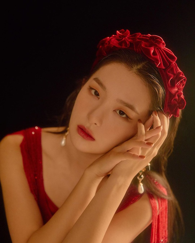"""Làm điệu với bờm nhung đỏ: Seulgi lộng lẫy như công chúa Hoàng gia, Hà Tăng biến hóa cực """"nuột"""" từ trẻ xinh đến bí ẩn - Ảnh 3."""