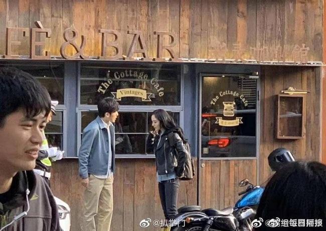 """""""Cám ơn bác sĩ"""": Dương Mịch lái xe môtô cực ngầu, cùng """"người tình"""" Bạch Vũ cứu người giữa đường - Ảnh 9."""