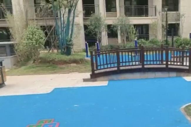 Trung Quốc: Đổ tiền mua chung cư cao cấp, được ngay bể bơi bằng nhựa - Ảnh 2.