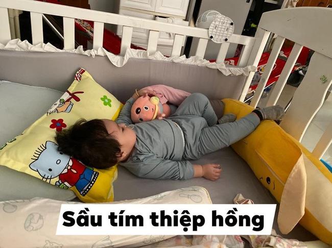 Bà mẹ lầy lội đặt caption cho từng dáng ngủ của con khiến ai nấy cười tít mắt vì quá đáng yêu - Ảnh 4.