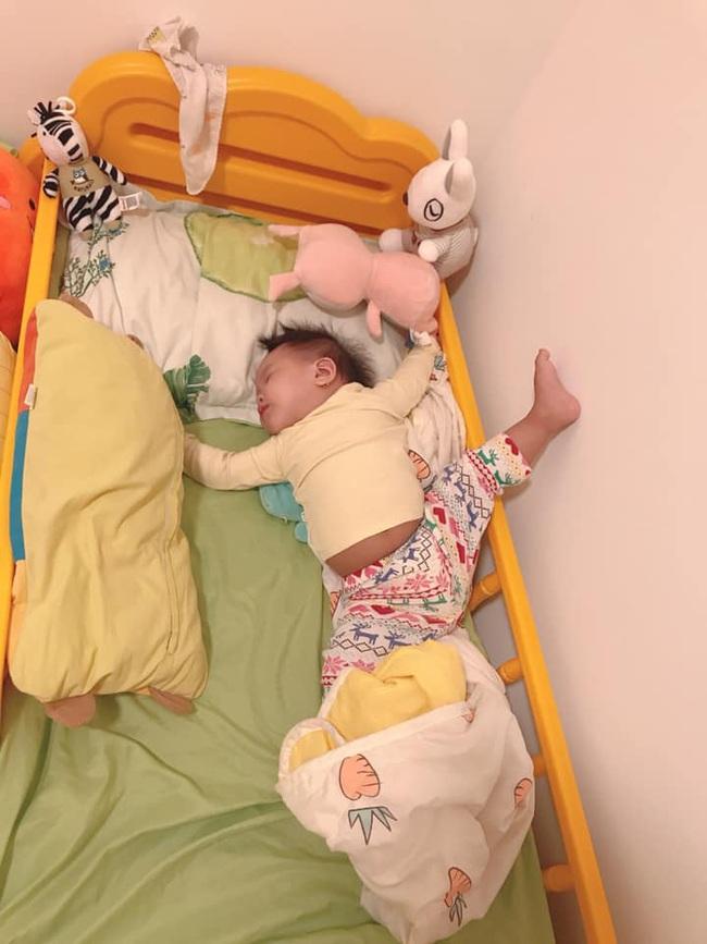 Bà mẹ lầy lội đặt caption cho từng dáng ngủ của con khiến ai nấy cười tít mắt vì quá đáng yêu - Ảnh 9.