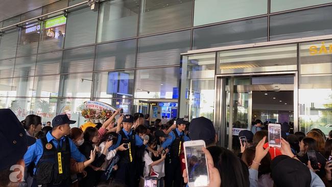 Trực tiếp dàn sao đình đám Hàn Quốc đổ bộ sân bay Nội Bài chuẩn bị dự lễ trao giải AAA 2019: Đông đảo fan Việt tập trung như vỡ trận - Ảnh 3.