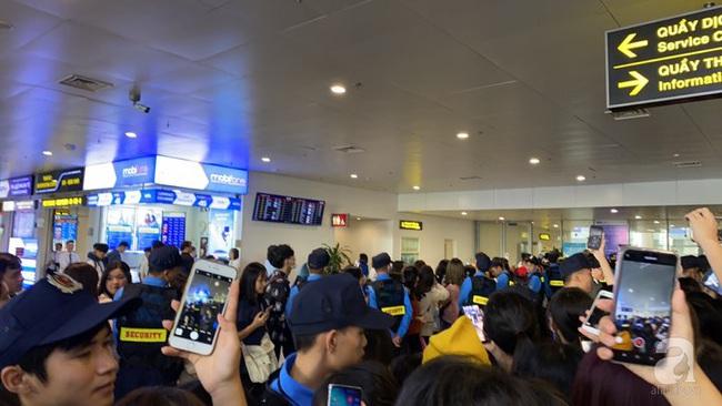 Trực tiếp dàn sao đình đám Hàn Quốc đổ bộ sân bay Nội Bài chuẩn bị dự lễ trao giải AAA 2019: Đông đảo fan Việt tập trung như vỡ trận - Ảnh 4.