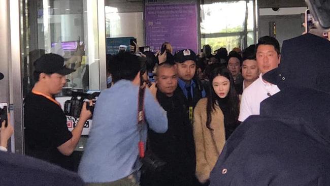 Dàn sao đình đám xứ Hàn đổ bộ sân bay Nội Bài chuẩn bị dự lễ trao giải AAA 2019: Đông đảo fan Việt tập trung như vỡ trận - Ảnh 2.