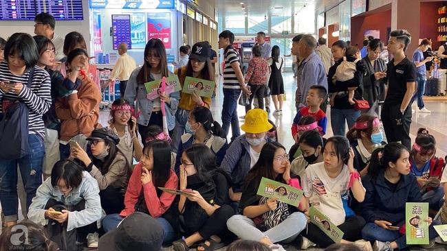 Dàn sao đình đám xứ Hàn đổ bộ sân bay Nội Bài chuẩn bị dự lễ trao giải AAA 2019: Đông đảo fan Việt tập trung như vỡ trận - Ảnh 5.