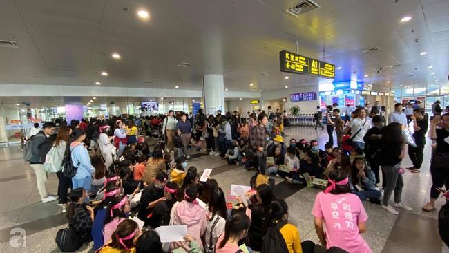 Dàn sao đình đám xứ Hàn đổ bộ sân bay Nội Bài chuẩn bị dự lễ trao giải AAA 2019: Đông đảo fan Việt tập trung như vỡ trận - Ảnh 6.