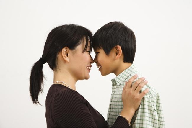 Mẹ thay quần áo trước mặt con trai 9 tuổi và câu nói của cậu con trai đã khiến mẹ đỏ mặt vì ngượng - Ảnh 2.