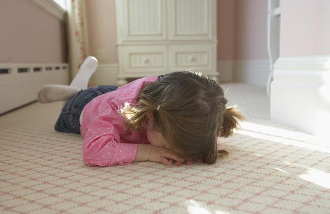 Các chuyên gia giải thích: Có nên lo lắng khi con hay tự đập đầu của mình hay không?  - Ảnh 2.
