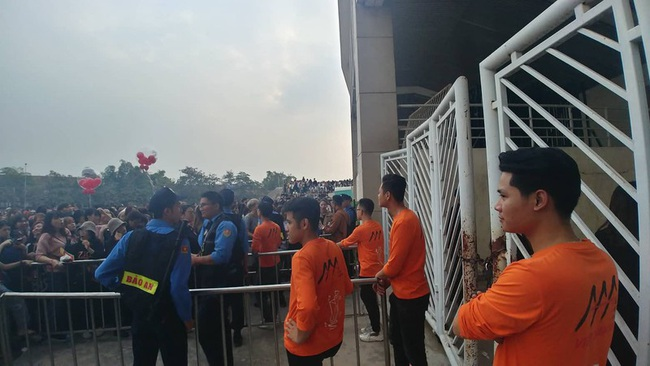 Chờ đợi cả ngày vẫn chưa được phép tiến vào trong khán đài, nhiều fan Việt xô đẩy hàng rào, to tiếng với lực lượng an ninh để lấy chỗ tại lễ trao giải AAA 2019 - Ảnh 4.