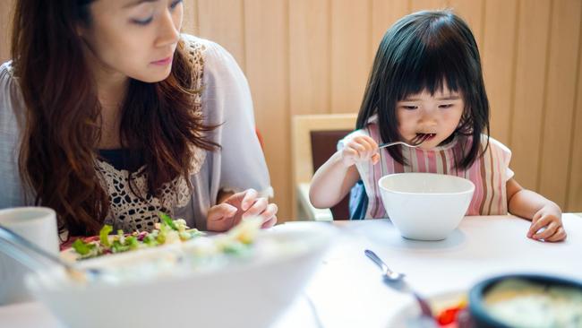 Được đi ăn buffet, cô bé thích thú lấy đồ đầy đĩa nhưng lại bỏ dở, người mẹ đã có hành động khiến mọi người vỗ tay tán thưởng - Ảnh 1.