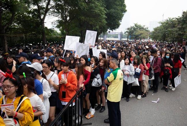 Chờ đợi cả ngày vẫn chưa được phép tiến vào trong khán đài, nhiều fan Việt xô đẩy hàng rào, to tiếng với lực lượng an ninh để lấy chỗ tại lễ trao giải AAA 2019 - Ảnh 2.