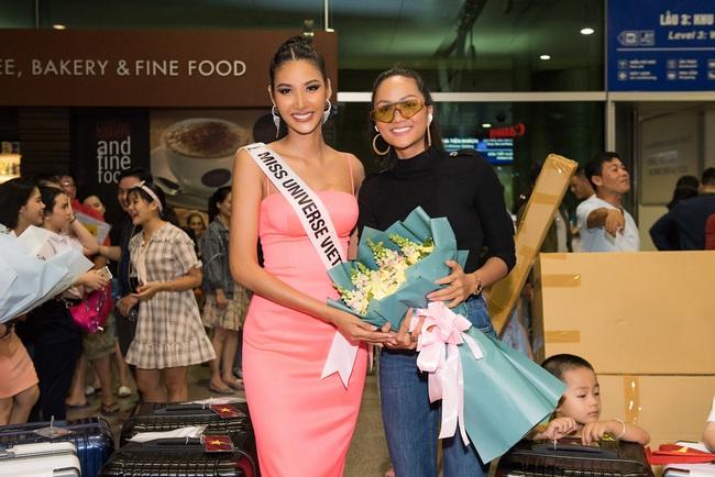 Hoa hậu Hoàn vũ H'Hen Niê nhí nhảnh hết cỡ đến tiễn Á hậu Hoàng Thùy lên đường sang Mỹ chinh chiến tại Miss Universe 2019 - Ảnh 6.