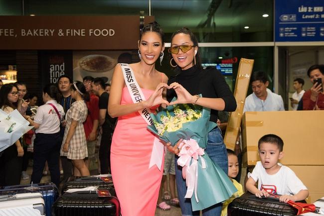 Hoa hậu Hoàn vũ H'Hen Niê nhí nhảnh hết cỡ đến tiễn Á hậu Hoàng Thùy lên đường sang Mỹ chinh chiến tại Miss Universe 2019 - Ảnh 7.
