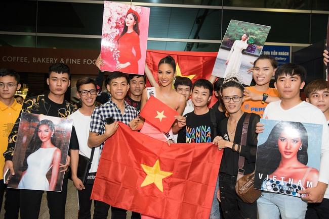 Hoa hậu Hoàn vũ H'Hen Niê nhí nhảnh hết cỡ đến tiễn Á hậu Hoàng Thùy lên đường sang Mỹ chinh chiến tại Miss Universe 2019 - Ảnh 9.