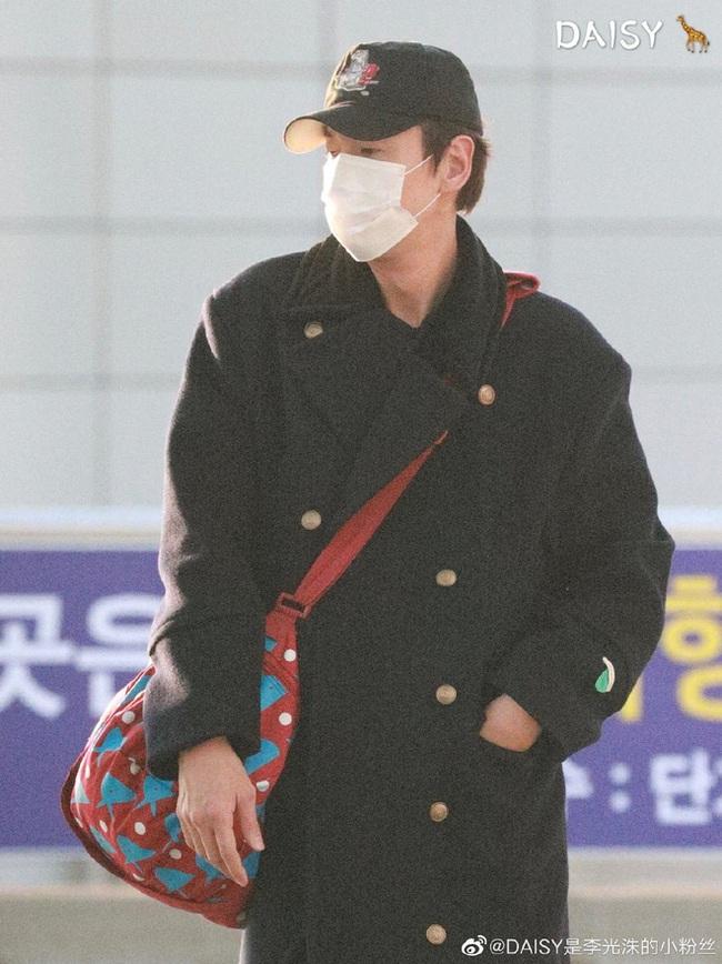 """""""Hoàng tử Châu Á"""" Lee Kwang Soo đã khởi hành sang Việt Nam, che trùm kín mít nhưng vẫn nhìn ra đặc điểm này - Ảnh 6."""