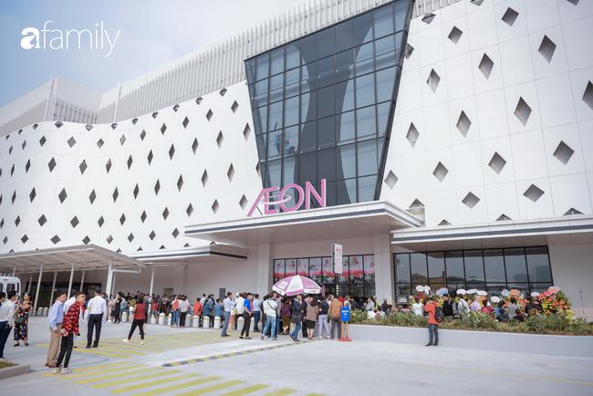 Chính thức khai trương khu siêu thị Aeon Mall Hà Đông quy mô lớn nhất miền Bắc, cả biển người bon chen mua sắm - Ảnh 2.