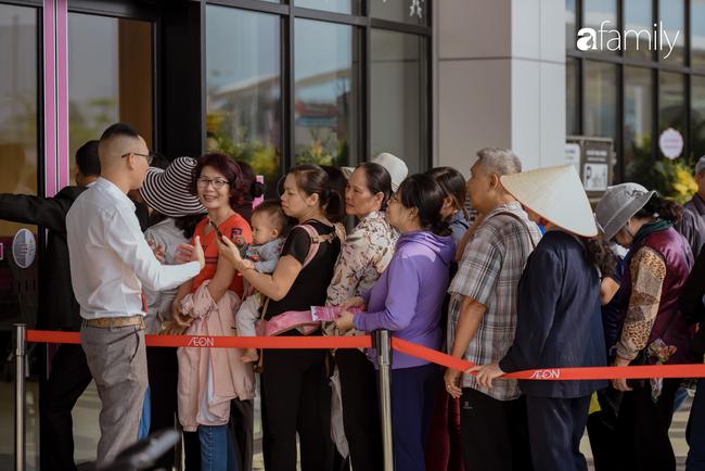 Chính thức khai trương khu siêu thị Aeon Mall Hà Đông quy mô lớn nhất miền Bắc, cả biển người bon chen mua sắm - Ảnh 10.