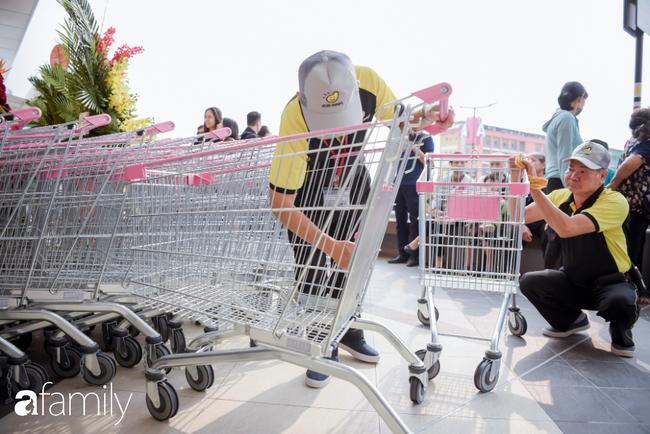 Khu siêu thị của Aeon Mall Hà Đông chính thức khai trương, người dân tìm đến gian hàng bán đồ ăn là chủ yếu - Ảnh 7.