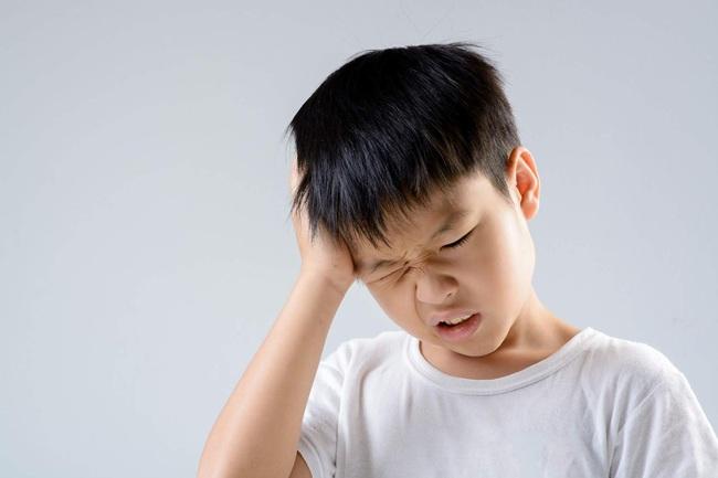 Cảnh báo: Trẻ lắc mạnh đầu để đẩy nước ra khỏi tai có thể khiến não bị tổn thương - Ảnh 1.