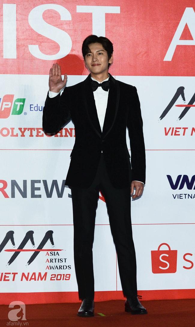 """Thảm đỏ AAA 2019 bùng nổ trong sự chào đón của fan Việt: Ji Chang Wook điển trai hết phần thiên hạ hội ngộ 2 """"người tình màn ảnh"""" Park Min Young và Yoona - Ảnh 7."""