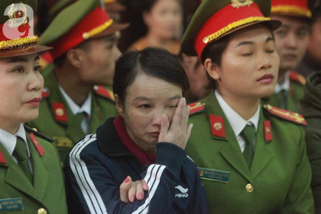 Xét xử vụ mẹ nữ sinh giao gà ở Điện Biên và đồng phạm: Bà Hiền gầy rộc, liên tục bật khóc khi khai báo - Ảnh 1.