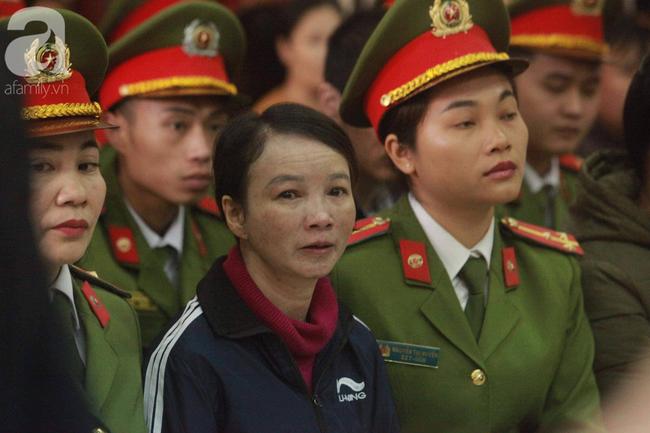 Xét xử vụ mẹ nữ sinh giao gà ở Điện Biên và đồng phạm: Bà Hiền gầy rộc, liên tục bật khóc khi khai báo - Ảnh 2.