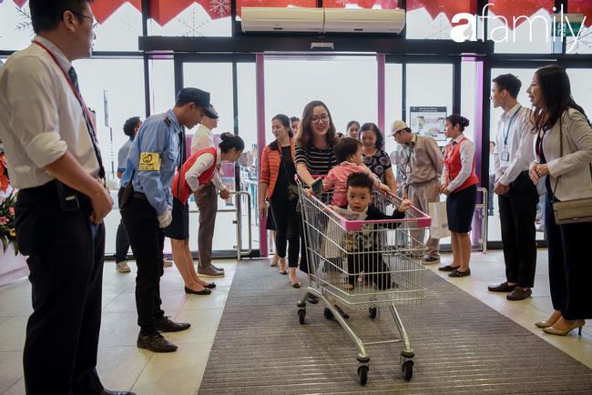 Loạt ảnh khiến bất cứ ai cũng phải thán phục trước sự chuyên nghiệp và khéo léo của người Nhật trong ngày khai trương khu siêu thị Aeon Mall Hà Đông  - Ảnh 2.