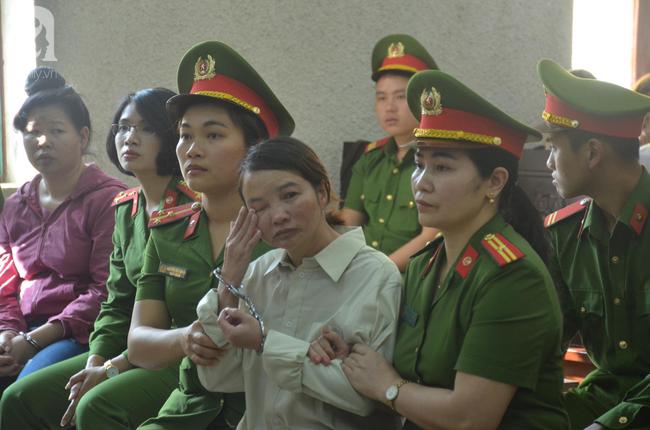 Xét xử vụ mẹ nữ sinh giao gà ở Điện Biên và đồng phạm: Bà Hiền bật khóc khi bước vào phiên xử, dặn con không được khóc, gắng chăm cháu cho tốt - Ảnh 2.