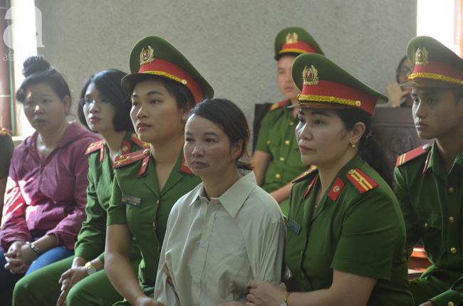 Xét xử vụ mẹ nữ sinh giao gà ở Điện Biên và đồng phạm: Bà Hiền bật khóc khi bước vào phiên xử, dặn con không được khóc, gắng chăm cháu cho tốt - Ảnh 1.