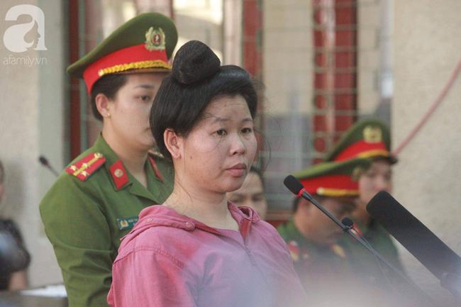 Xét xử vụ mẹ nữ sinh giao gà ở Điện Biên và đồng phạm: Bà Hiền bật khóc khi bước vào phiên xử, dặn con không được khóc, gắng chăm cháu cho tốt - Ảnh 4.