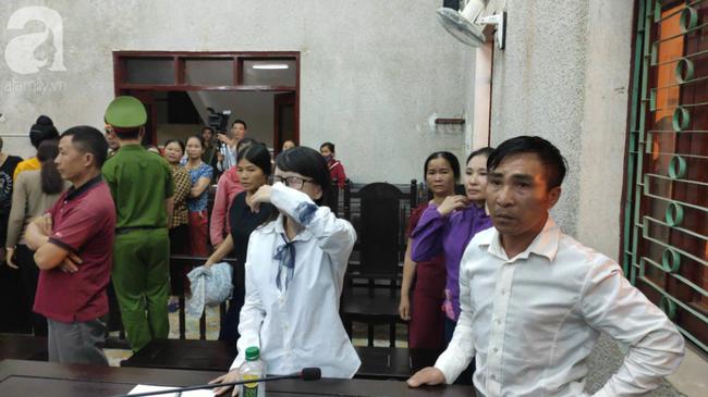 Con gái bị cáo Hiền gục xuống bàn khóc nức nở khi nghe mẹ bị tuyên án 20 năm tù - Ảnh 1.