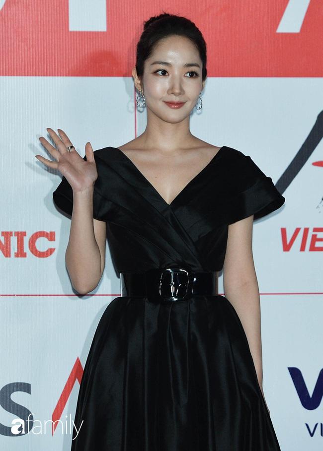"""2 mỹ nhân đẹp nhất thảm đỏ AAA 2019: Park Min Young dùng tay che ngực vì sợ """"lộ hàng"""", Yoona lại chịu chi với cây đồ trị giá cả tỉ đồng - Ảnh 1."""